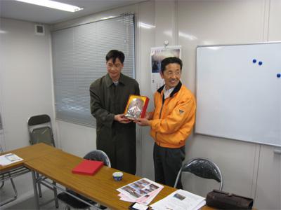 染谷さんに記念品贈呈