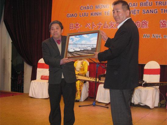 右:前田JR西労組委員長 左:チー・ベトナム鉄道労働組合委員長