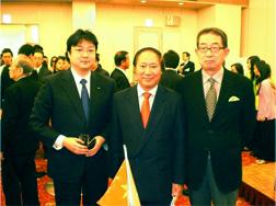 左:笹川岩井証券取締役 中央:リュウ総領事 右:織田専務理事