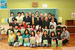 3列目中央リュウ総領事 その左冨田教授 リュウ総領事の右 ウエンさん