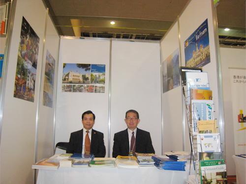 左:ホア商務担当領事 右:織田公文専務理事