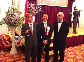 アイン総領事代行(中央)森理事長(左)兵東副理事長