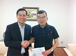 左:ティーン総領事 右:上田副理事長