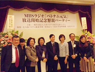 ティーン総領事夫妻と高井美紀アナウンサーを囲んで・左端は上田副理事長