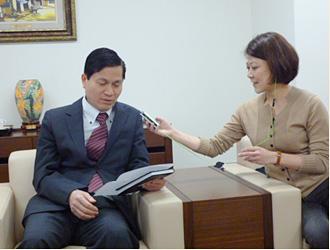 放送のための日本語の挨拶を録音するティーン総領事