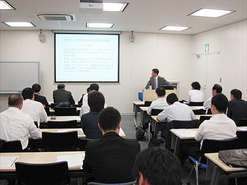 大阪でのセミナーで講演するバー領事
