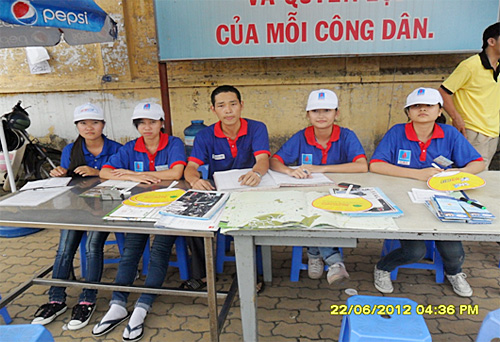 ホーチミン市師範技術大学の前のボランティア大学生のグループ