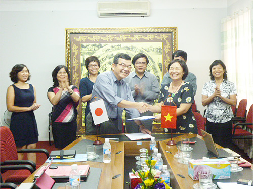 ベトナム中小企業協会ナム副会長立会いの下覚書に署名する上田副理事長とハン会長