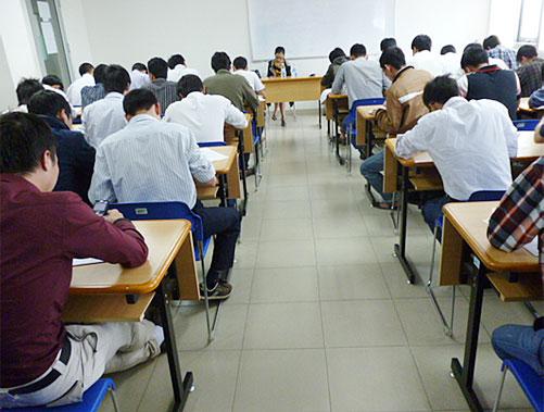 真剣に受験する学生たち