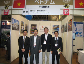センターのブースの前で左からサオ首席領事、ティーン総領事 織田専務理事、ナム領事