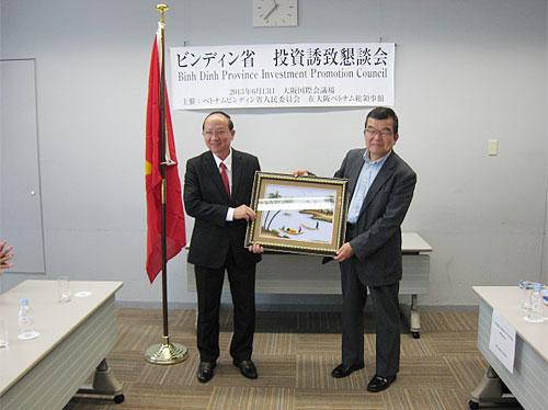 誘致懇談会終了後ロック知事から記念品を受け取る上田副理事長