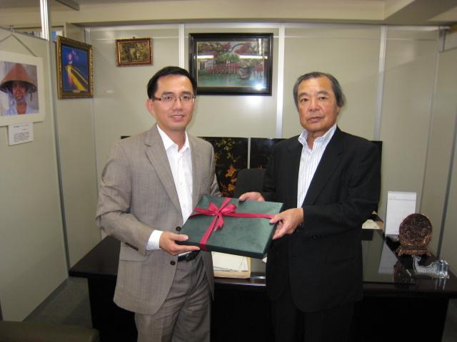 ビン総領事から記念品を受ける森理事長